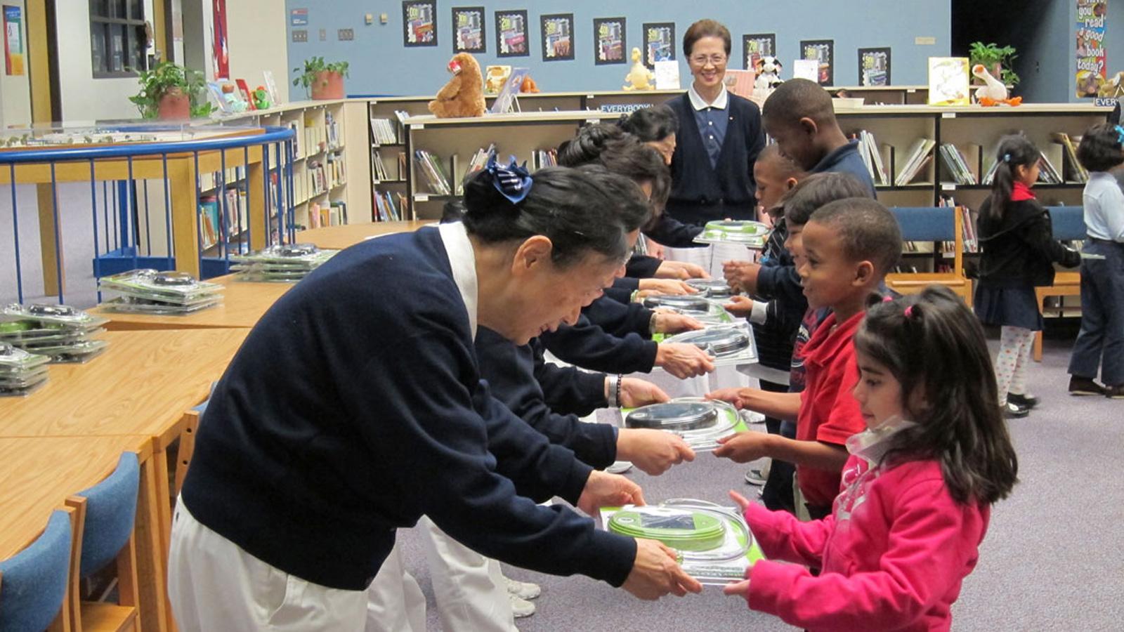 _20121128志工用感恩、尊重、愛送太陽能台橙給小孩們